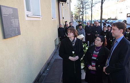 Gemeinsames Gedenken: Bürgermeisterin Christine Strobl und Kultusstaatssekretär Georg Eisenreich mit Pinar Kilıç, der Witwe eines Opfers