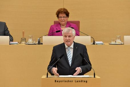 Ministerpräsident Horst Seehofer bei seiner Regierungserklärung im Landtag, im Hintergrund Landtagspräsidentin Barbara Stamm