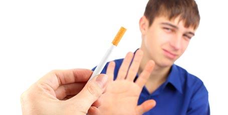 Schüler lehnt angebotene Zigarette ab