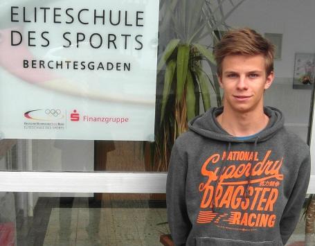CJD Berchtesgaden: Skisprung-Star und Goldmedaillengewinner Andreas Wellinger vor seiner Schule