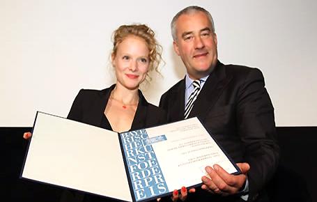 Kunstminister Dr. Ludwig Spaenle zeichnet die Schauspielerin Friedrike Ott mit dem Bayerischen Kunstförderpreis aus