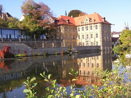 Barockes Palais und moderner Anbau: das Internationale Künstlerhaus am Ufer der Regnitz