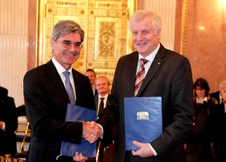 Ministerpräsident Horst Seehofer mit Siemens-Chef Joe Kaeser (li.)