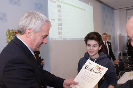 Kultusminister Dr. Ludwig Spaenle überreichte den Schülern feierlich die Urkunden