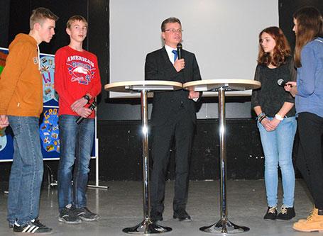Staatssekretär Bernd Sibler mit Schülern der 8. Klasse des Karl-von-Closen-Gymnasiums Eggenfelden