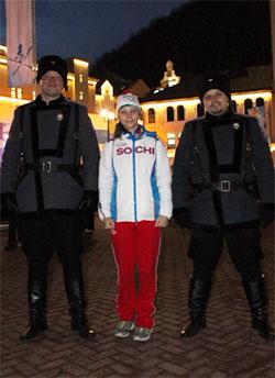 Alona mit zwei Kosaken-Polizisten in Krasnaja Poljana