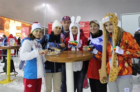 Gastfreundschaft unter neuen Freunden: Eine russische Familie lud Alona an ihren Tisch ein
