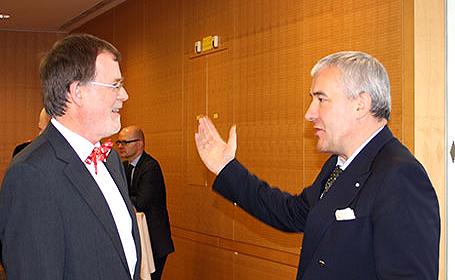 Bildungsminister Dr. Ludwig Spaenle (re.) im Gespräch mit dem scheidenden Direktor des ISB, Thomas Sachsenröder