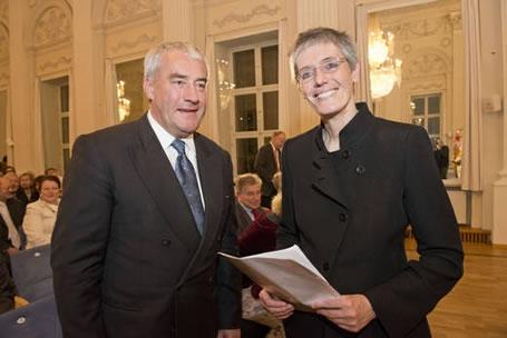 Staatsminister Dr. Ludwig Spaenle mit der Jean-Paul-Preisträgerin Petra Morsbach