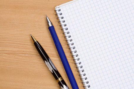 Mit Stift und Papier können sich Jugendliche jetzt auf die Suche nach neuen literarischen Einfällen machen
