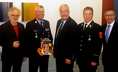 Kultusminister Dr. Ludwig Spaenle und Vertreter des Feuerwehrverbandes und der Versicherungskammer Bayern bei der Übergabe des neues Ordners zur Brandschutzerziehung