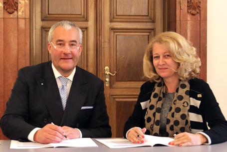 Wissenschaftsminister Dr. Ludwig Spaenle und Präsidentin Uta M. Feser unterzeichnen die Zielvereinbarung der Hochschule Neu-Ulm