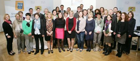 Staatssekretär Georg Eisenreich (hinten Mitte) mit den neuen Ansprechpartnern KESCH