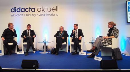 Staatssekretär Bernd Sibler (2. von rechts) mit den Teilnehmern der Podiumsdiskussion zum Einsatz digitaler Medien im Unterricht