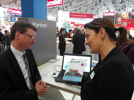 Staatssekretär Bernd Sibler informiert sich auf der Didacta über digitale Lernmedien