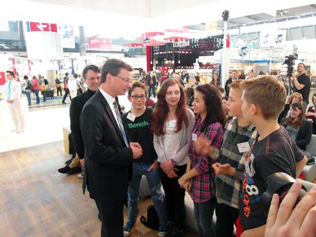 Staatssekretär Bernd Sibler mit den Preisträgern des Ohm-Gymnasiums Erlangen