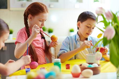 Ostern bereitet Kindern Freude - ob beim Basteln oder Eiersuchen