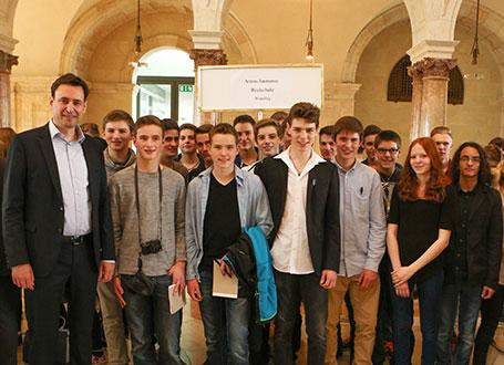 Bildungstaatssekretär Georg Eisenreich (li.) mit Schülerinnen und Schüler der Anton-Jaumann-Realschule Wemding im Kuppelsaal der Staatskanzlei