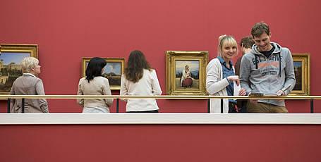 Besucher in einem Museum.