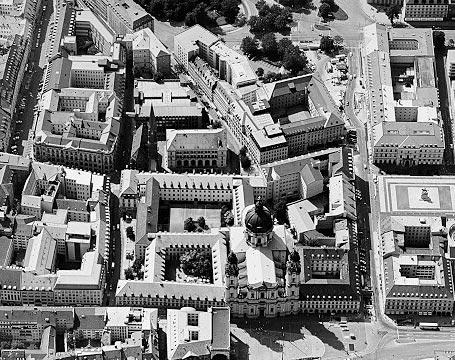 Das bayerische kultusministerium mit theatiner kirche in münchen
