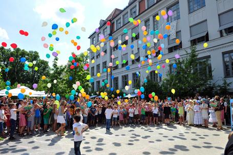 Bei prächtigem Wetter und mit Hunderten von Luftballons feierte die Gebeleschule ihr großes Jubiläum
