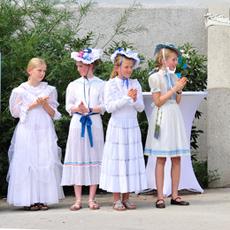 Fesch gekleidet hatten sich diese Schülerinnen für das große Fest