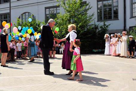 Bildungsminister Dr. Ludwig Spaenle wird von der Schullleiterin Christine Lorbeer begrüßt