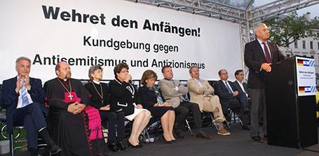 Prominent besetztes Podium bei der Kundgebung, am Rednerpult Kultusminister Dr. Ludwig Spaenle