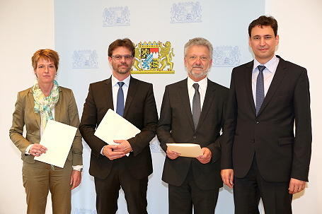 Staatssekretär Georg Eisenreich (r.) mit der Schulleiterin und den Schulleitern der neuen Realschulen mit dem Schulprofil Inklusion