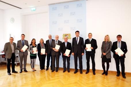 Staatssekretär Georg Eisenreich (4.v.r.) mit den Schulleiterinnen und Schulleitern der neuen Grund- und Mittelschulen aus Niederbayern und der Oberpfalz mit dem Schulprofil Inklusion
