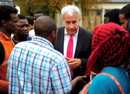 Kultusminister Ludwig Spaenle mit Flüchtlingen im Gespräch  (Foto: Alessandra Schellnegger)