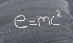 Tafel mit der Formel e=mc zum Quadrat