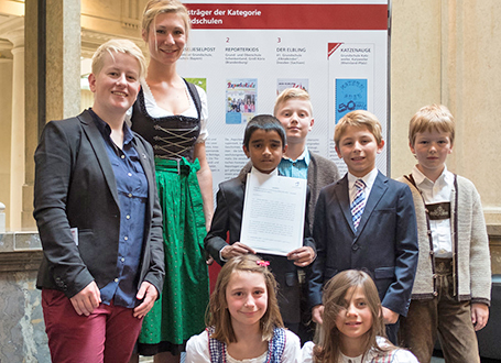 Gewinnerredaktion Gänseliesel-Post (Gänseliesel Grundschule in München, Bayern) mit Britta Kaufhold (Geschäftsführerin der Jugendpresse Deutschland e.V.) (ganz links)
