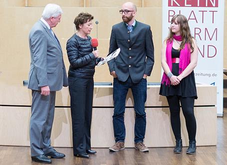 Bundesratspräsident Volker Bouffier und Brigitte Fehrle, Chefredakteurin der Berliner Zeitung, zeichnen die Gewinnerredaktion boscop von der Berufsoberschule Wirtschaft in München aus (1. Platz in der Kategorie Berufliche Schulen)