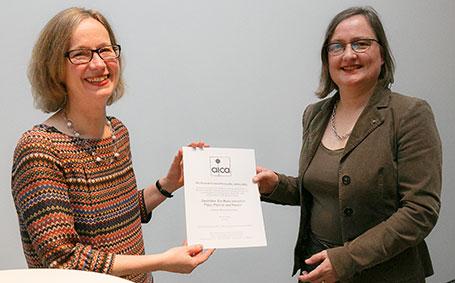 Jurorin Nicola Kuhn (l.) übergibt die Auszeichnung an Kuratorin Dr. Melitta Kliege vom Neuen Museum Nürnberg