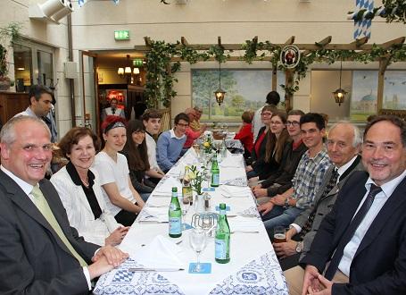 Die Preisträger und Finalisten des Landeswettbewerbs Alte Sprachen mit den Wettbewerbsleitern OStD Manfred Röder (l.) und OStD Michael Hotz (r.) sowie Angelika Mack (2.v.l.) und OStD a.D. Dr. Wilhelm Pfaffel (2.v.r.) von der veranstaltenden Elisabteh J. Saal-Stiftung