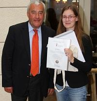 Kultusminister Dr. Ludwig Spaenle mit Lara Neuhauser, einer der Landessiegerinnen