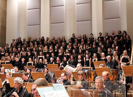 Gleichklang: Die klasse.im.puls-Chorklassen bei ihrem gemeinsamen Auftritt mit den Nürnberger Symphonikern
