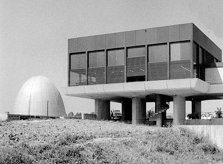 Das Physik-Departement in Garching 1970: links daneben der heute stillgelegte erste Garchinger Forschungsreaktor von 1957