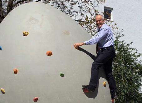 Hubert Lepperdinger geht fit in den Ruhestand - wie er hier an der Kletterwand beweist