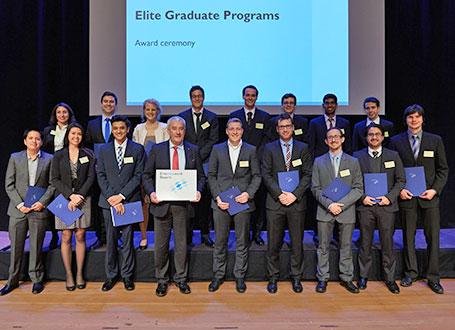 Wissenschaftsminister Dr. Ludwig Spaenle mit Absolventinnen und Absolventen der Elitestudiengänge
