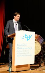 Bildungsstaatssekretär Georg Eisenreich bei seiner Ansprache in der Jahreshauptversammlung des bpv