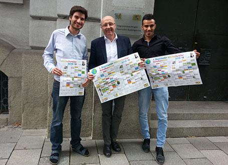 Der Integrationsbeauftragte der Bayerischen Staatsregierung Martin Neumeyer, MdL (Mitte) mit den beiden Praktikanten seiner Geschäftsstelle bei der Präsentation des Kalenders