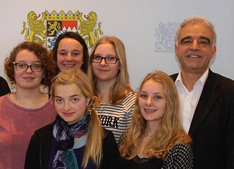 Der Schriftsteller Nevfel Cumart mit Schülerinnen des Dr.-Johanna-Decker-Gymnasiums Amberg