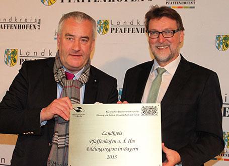Bildungsminister Dr. Ludwig Spaenle (l.) mit Landrat Martin Wolf bei der Übergabe des Gütesiegels