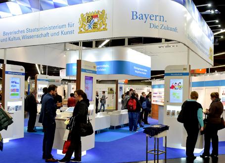 Der Stand des bayerischen Kultusministeriums: kompetent vertreten durch die Mitarbeiterinnen und Mitarbeiter des ISB