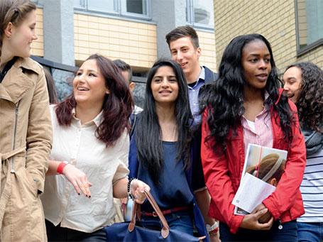 Lehrkräfte mit Migrationshintergrund können eine Vorbildfunktion übernehmen und ihren Schülerinnen und Schülern eine positive Identifikationsfigur sein