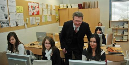 Dr. Marcel Huber mit Schülerinnen der Christian-Sammet-Mittelschule