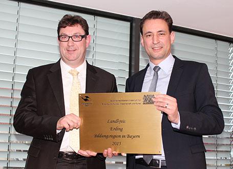 Bildungsstaatssekretär Georg Eisenreich (r.) mit Landrat Martin Bayerstorfer bei der Übergabe des Gütesiegels