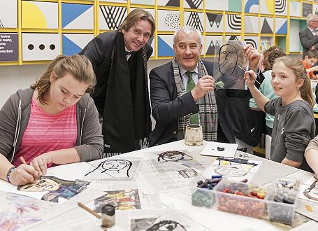 Kunstminister Dr. Ludwig Spaenle und Generaldirektor Dr. Bernhard Maaz mit einer Schülerin, die sich an einem Porträt von Minister Spaenle versucht